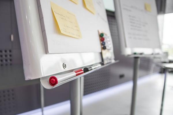 Scrum werkmethode op een flipover bord in een kantoor met whitebord markers